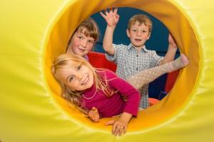 Kinder u. gelbes Veskoteil